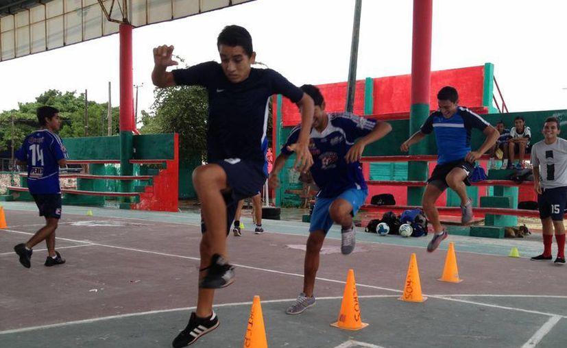 El equipo se mantiene entrenando en espacio reducido al no poder utilizar la cancha de La Parcela. (Ángel Mazariego/SIPSE)