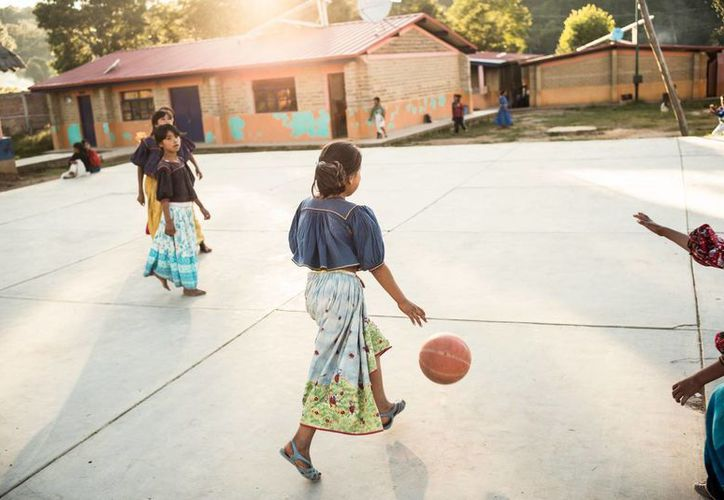 El Unicef México realiza una recaudación a favor de niños en zonas marginadas que viven en áreas urbanas marginales. En la imagen niñas de la etnia Wixarica, en el estado de Jalisco, en México. (Archivo/Notimex)