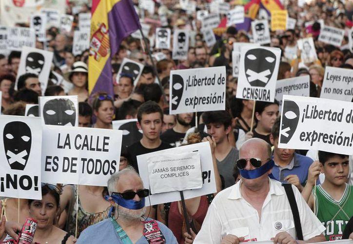 El martes y miércoles miles de personas se manifestaron silenciosamente en Madrid para protestar contra la 'ley mordaza'. (Notimex)