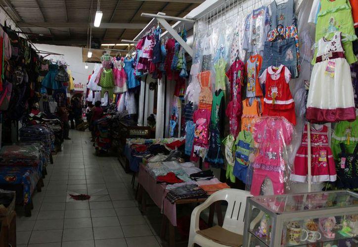 La gente buscan en los mercados todos los aditamentos para realizar los famosos rituales para dar la bienvenida al año. (Andrea Mellano/SIPSE)