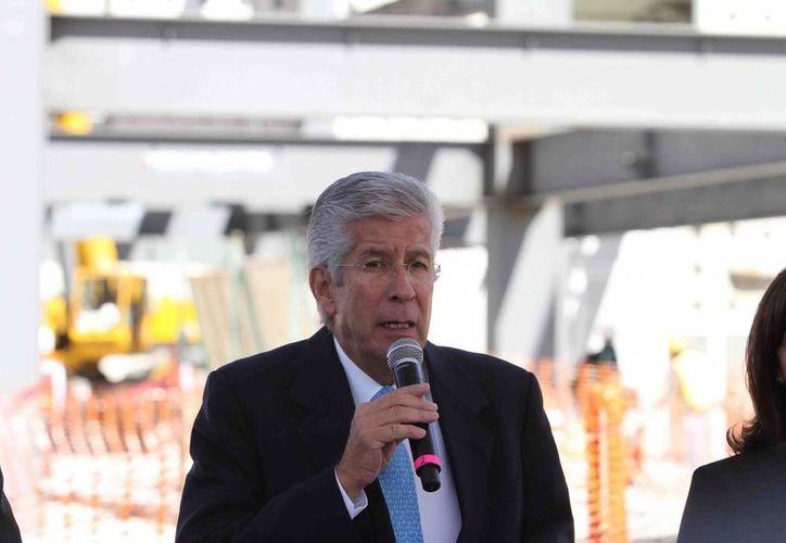 Gerardo Ruiz Esparza, secretario de Comunicaciones y Transportes, dijo que se realizaron adaptaciones en las pistas del AICM para recibir al Airbus A380 de AirFrance. (Notimex)