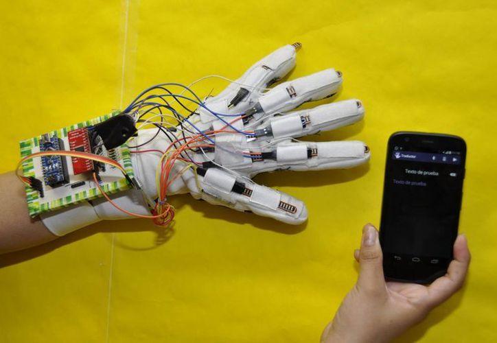 El guante que detecta los movimientos realizados por el usuario con la mano y los asocia con las letras del alfabeto internacional de 26 letras. (EFE)