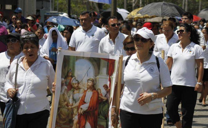 En los viacrucis los fieles católicos se acompañan de imágenes para hacer el recorrido. (Foto de Contexto/Israel Leal/SIPSE)