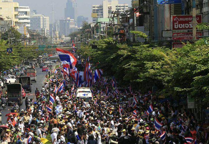 En la gráfica, manifestaciones en Tailandia realizadas el 9 de enero. La madrugada de este sábado siete personas resultaron lesionadas en un tiroteo. (EFE)