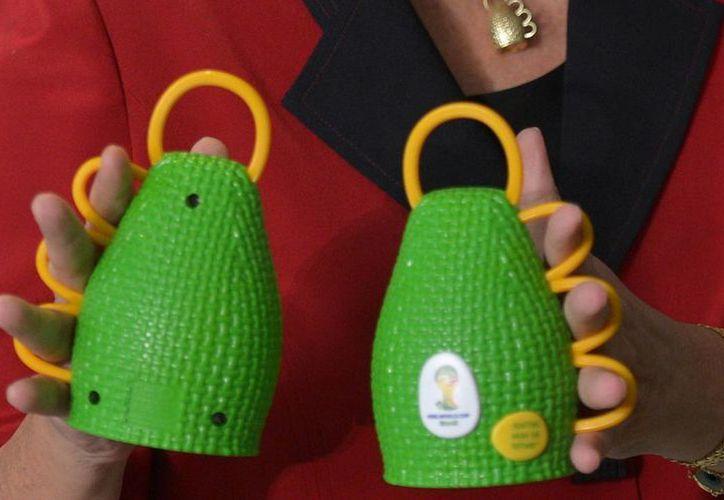 Las maracas oficiales de la Copa del Mundo 2014 son excelentes proyectiles, como quedó comprobado en la inauguración de dos de los estadios que serán utilizados en el magno evento. (Agencias)