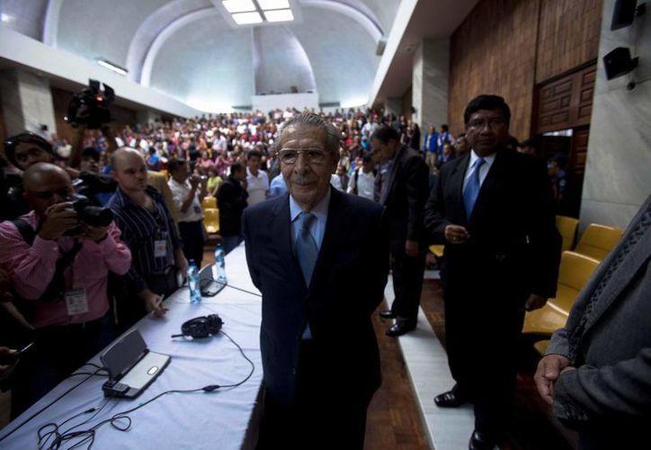 José Efraín Ríos Montt (c) al finalizar la audiencia del juicio que se le sigue junto a su antiguo jefe de Inteligencia Militar, José Rodríguez. (EFE)