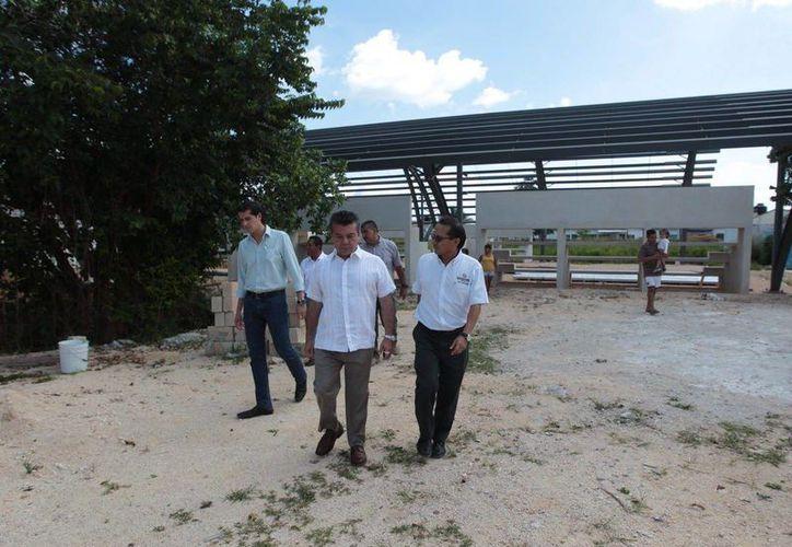 El presidente municipal supervisó el avance de la construcción del domo deportivo de La Guadalupana. (Redacción/SIPSE)