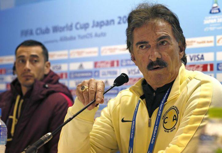 El club América de México jugará este domingo contra el Atlético Nacional en el Mundial de Clubes y el próximo jueves enfrentará como local a Tigres de la UANL en el partido de ida de la final del futbol mexicano. En la foto, en primer plano, el entrenador Ricardo LaVolpe, y a un lado el jugador Rubens Sambueza. (AP)