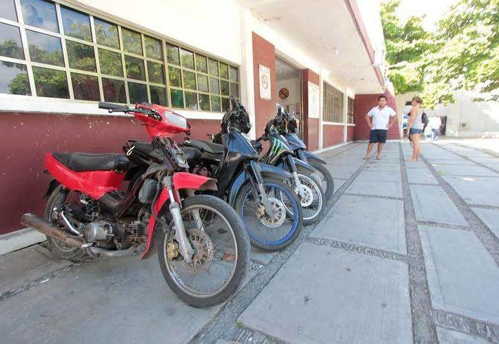 Se estima que en la isla de las Golondrinas se roban hasta 25 motocicletas al mes. (Gustavo Villegas/SIPSE)