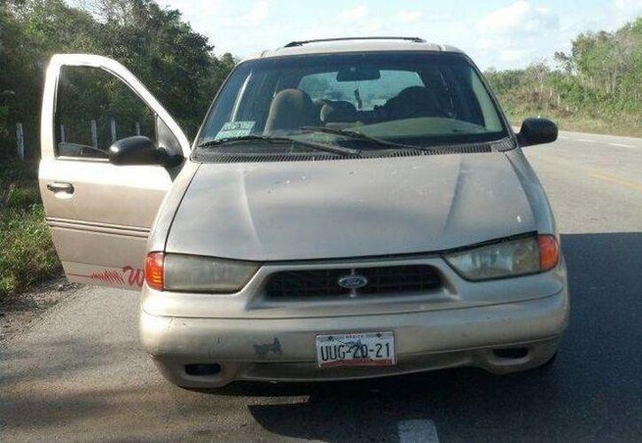 La unidad apareció abandonada en el tramo carretero Noh Bec-Felipe Carrillo Puerto; la factura y tarjeta de circulación no aparecieron por ningún lado. (Manuel Salazar/SIPSE)