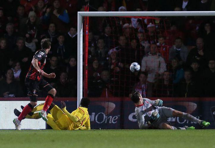 El tanto de Dan Gosling al minuto 57 puso a soñar al Bournemouth, pero al final el ganador fue Liverpool en partido de la Copa de la Liga de Inglaterra. (Foto: AP)