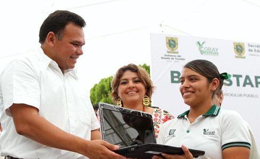 El gobernador Rolando Zapata presidió la entrega de computadoras a 531 estudiantes. (Milenio Novedades)