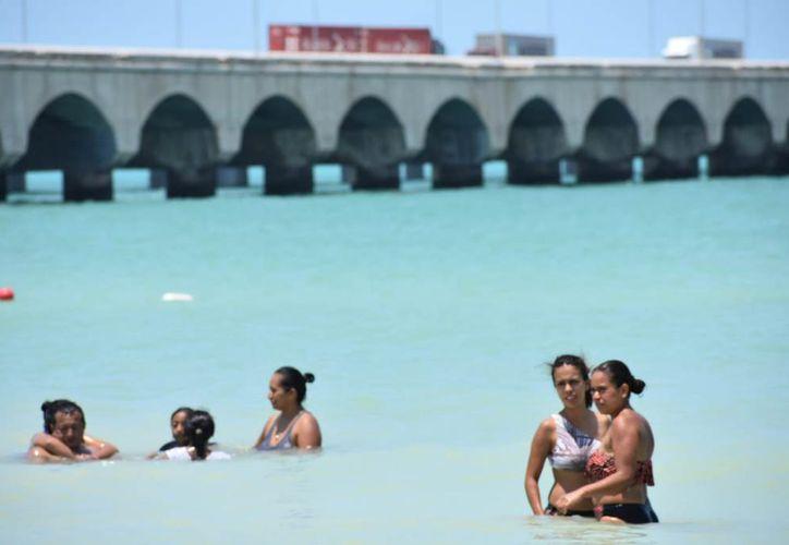 La Cofepris realizó la toma de muestras de agua de mar durante las semanas previas al actual periodo vacacional. (Novedades Yucatán)