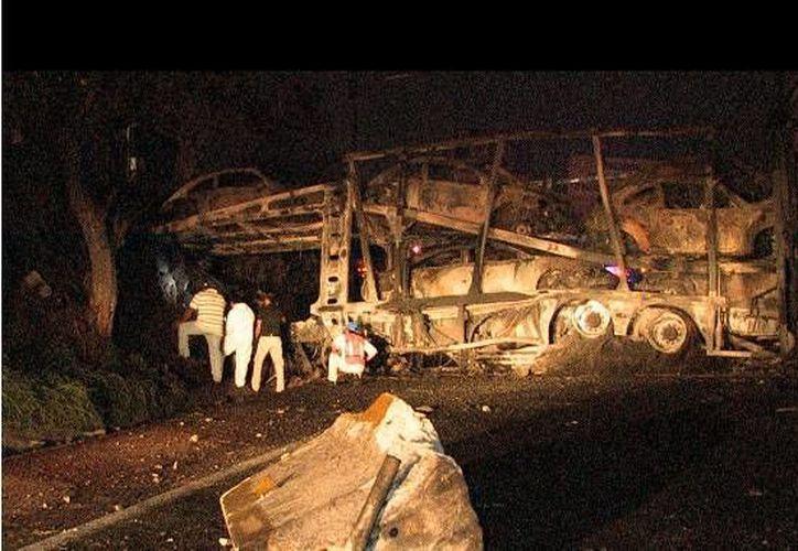 Así quedó el vehículo que transportaba 12 autos, luego del choque y posterior incendio. (Tweeter: @moreloshabla)