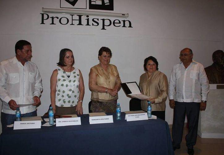 Momento de la entrega del Premio de Ensayo Histórico 'Jorge Ignacio Rubio Mañé' 2015, el cual ganó la Dra. Gladys Noemí Arana López. (Facebook: ProHispen)