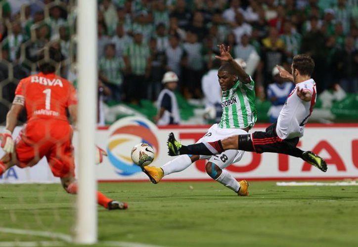 Orlando Berrío adelantó al equipo Atlético Nacional colombiano a los 34 minutos pero el River Plate logró empatar en el partido de ida de la final de la Copa Sudamericana. (Foto: AP)