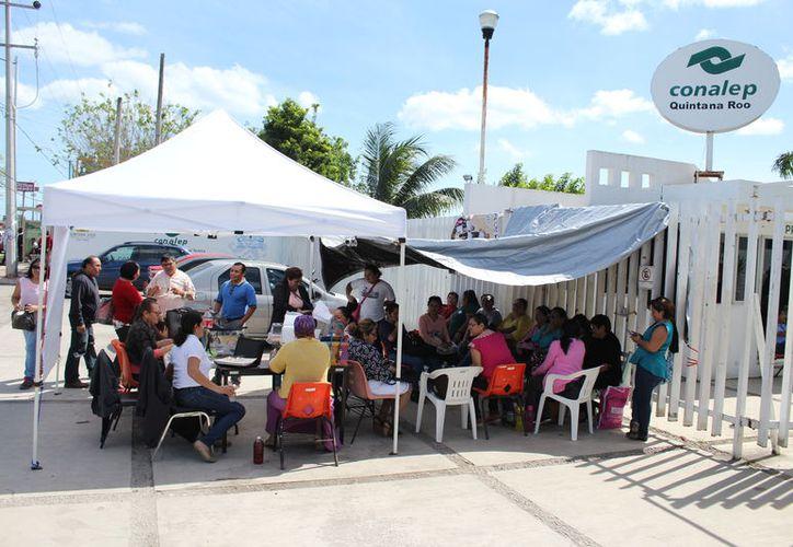 Las nulas negociaciones con la Dirección General del plantel, obligaron a los maestros al paro de las actividades. (Joel Zamora/SIPSE)