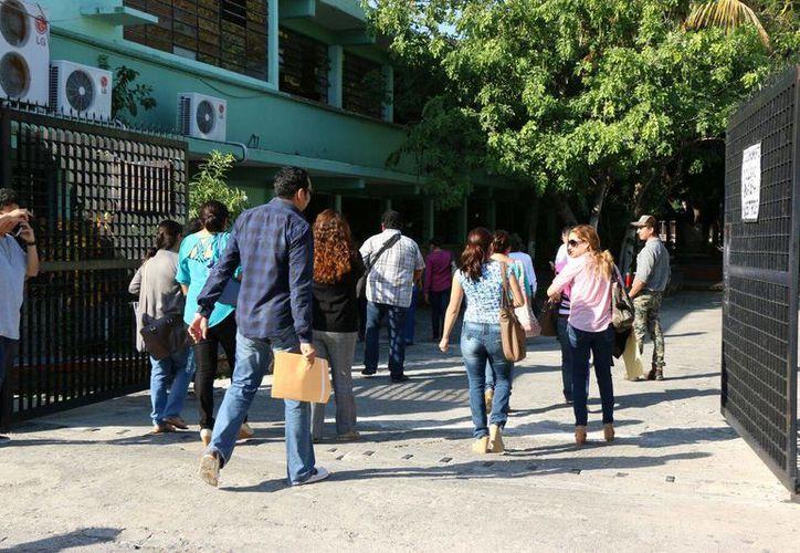 Llegada de maestros a la CTM, una de las sedes donde este sábado se aplicó la primera parte de la Evaluación del Desempeño. (José Acosta/SIPSE)