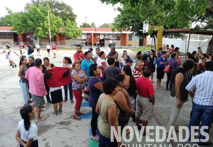 Personal de la Secretaría de Educación, se trasladó al lugar para tomar cartas en el asunto. (Joel Zamora/ SIPSE)