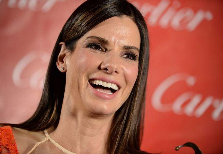 Bullock entretuvo a los más de 2,000 invitados a la gala leyendo comentarios sobre sí misma que han sido colocados en Internet. (Agencias)