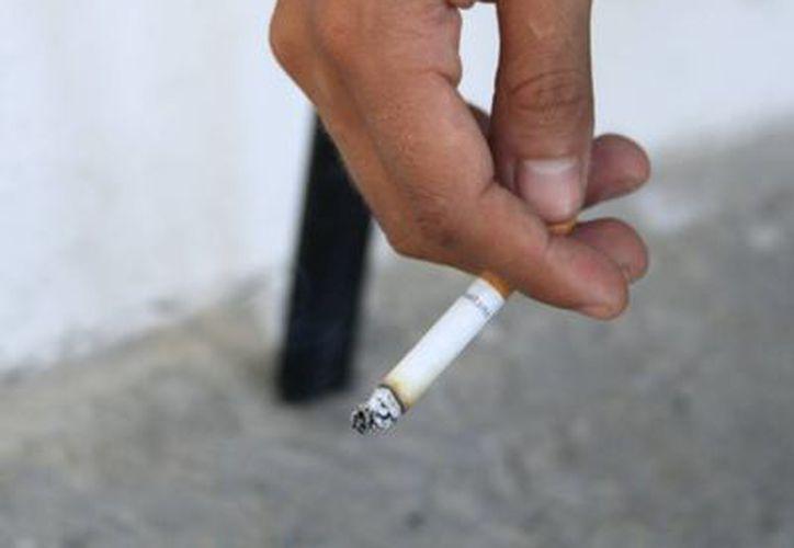 Cada vez son más los jóvenes que encienden un tabaco. (Harold Alcocer/SIPSE)