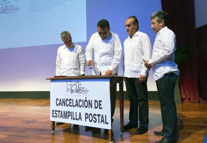 En la ceremonia oficial de los 125 años de la SCT que se realizó en Yucatán, se canceló una estampilla postal. (Milenio Novedades)