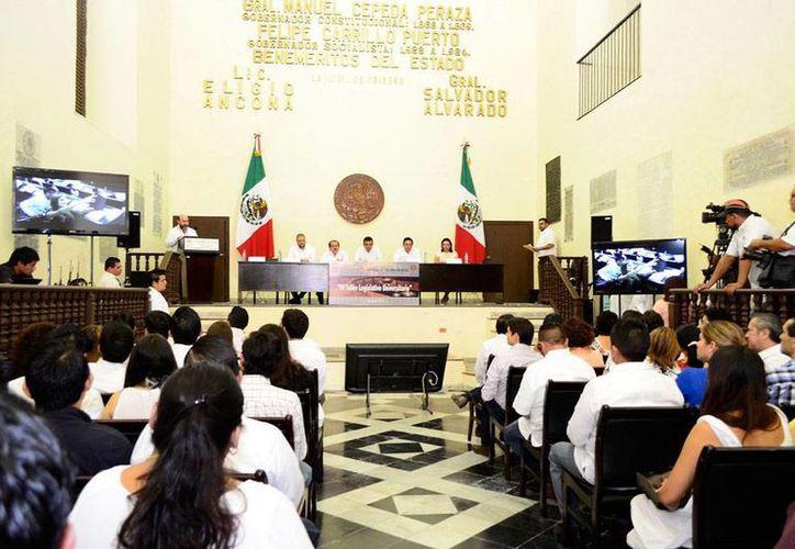 En el Congreso del Estado, se entregaron constancias a 31 universitarios que participaron en el Taller para conocer la labor del Poder Legislativo. (Cortesía)