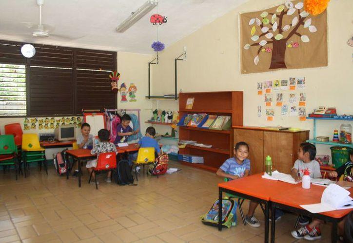 Los alumnos del  jardín de niños Tumben Zazil toman clases en aulas 'prestadas'.  (Sara Cauich/SIPSE)