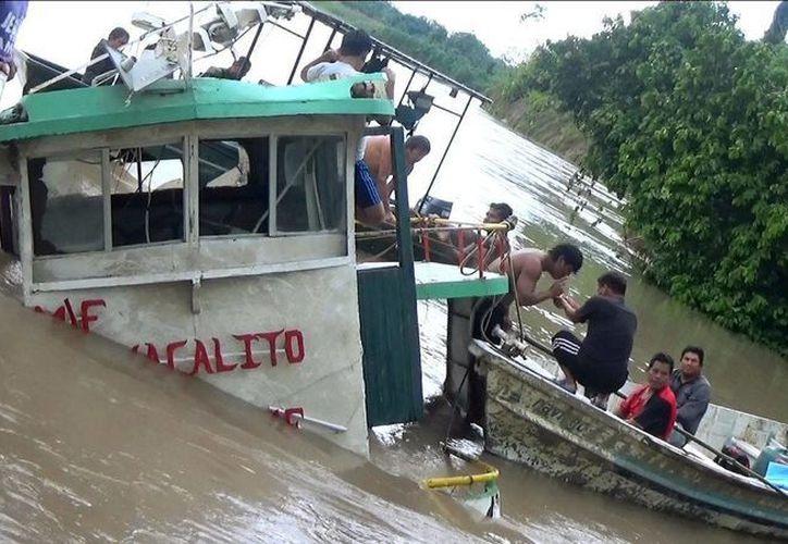 La embarcación presentó un fallo en el motor y fue arrastrada por la corriente del río Marañón. (EFE)