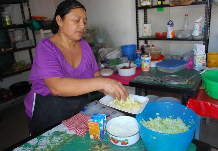 En el estado muchas mujeres combinan los quehaceres domésticos con el trabajo fuera del hogar. (Tomás Álvarez/SIPSE)