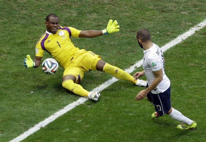 Benzema (d) durante un enfrentamiento con Vincent Enyeama, que hizo varias atajadas en el Francia vs Nigeria. (Foto: AP)