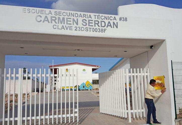 El maestro inició una huelga por los supuestos abusos de la directora, quien a su vez, lo acusó de incumplimiento de sus labores. (Jesús Tijerina/SIPSE)