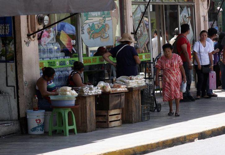 Los vendedores ambulantes siguen en las calles de Mérida, en espera de espacios municipales.  (Milenio Novedades)