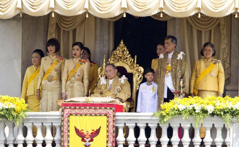 El rey Bhumibol de Tailandia es el monarca que ha ocupado el trono por más tiempo en el mundo: 69 años. (AP)
