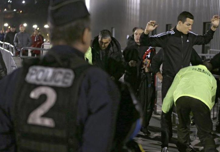 Los aficionados al futbol en Francia son sometidos a estrictas medidas de revisión al momento de ingresar a los estadios. Esto ante los recientes atentados terroristas en París. (Archivo AP)
