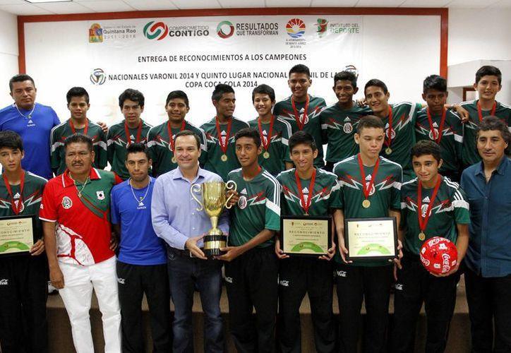 El equipo Leones Negros del Colegio Valladolid, ganaron un viaje al Mundial Brasil 2014, por lo que fueron galardonado por el presidente Paul Carrillo de Cáceres. (Francisco Gálvez/SIPSE)