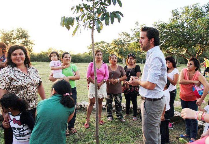 El director de la Comey, Pablo Gamboa Miner, convive con vecinos de la zona junto a <i>El Meridano</i>. (Milenio Novedades)