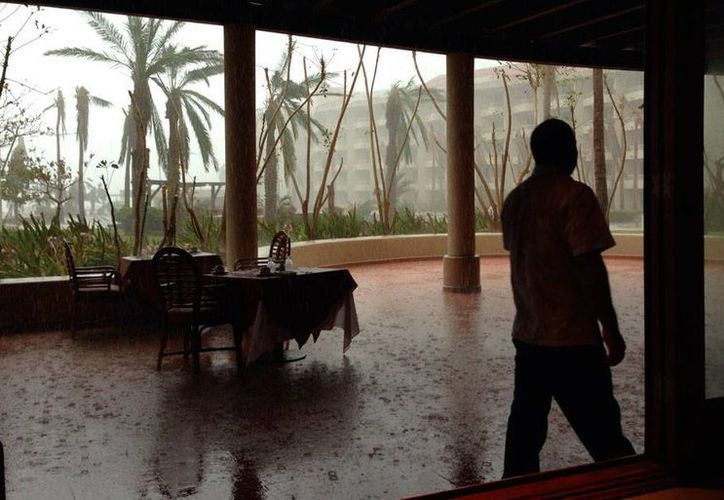 Tras el paso del huracán 'Odile' que dejó a Baja California Sur como zona de desastre, este sábado esperan el 'acercamiento' de la tormenta tropical 'Polo'. La imagen corresponde a un hotel, en San José, Los Cabos y es de contexto. (AP)