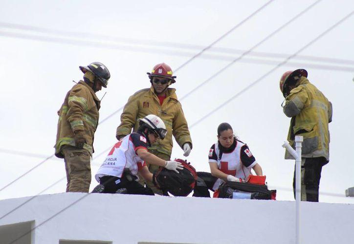 El hombre fue atendido por los paramédicos de la Cruz Roja. (Sergio Orozco/SIPSE)