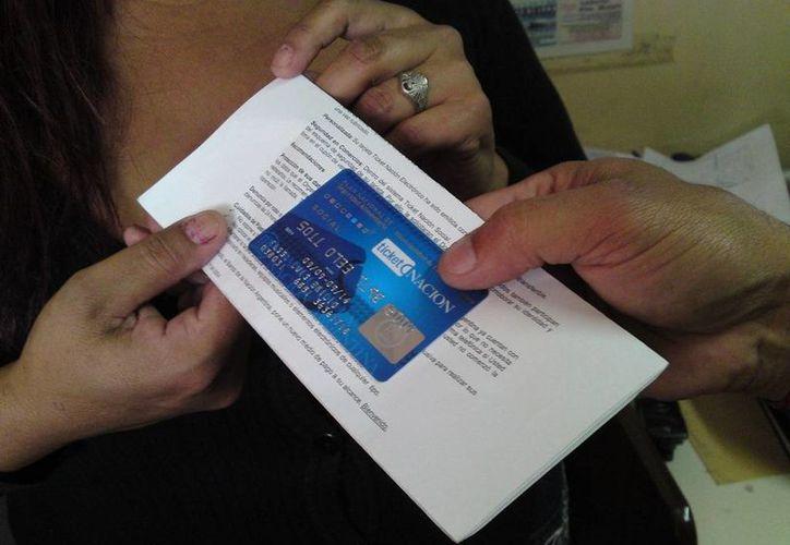 La tarjeta bancaria facilita el pago y recepción de la beca y da mayor seguridad en el manejo y uso del dinero. (Foto de contexto/Internet)