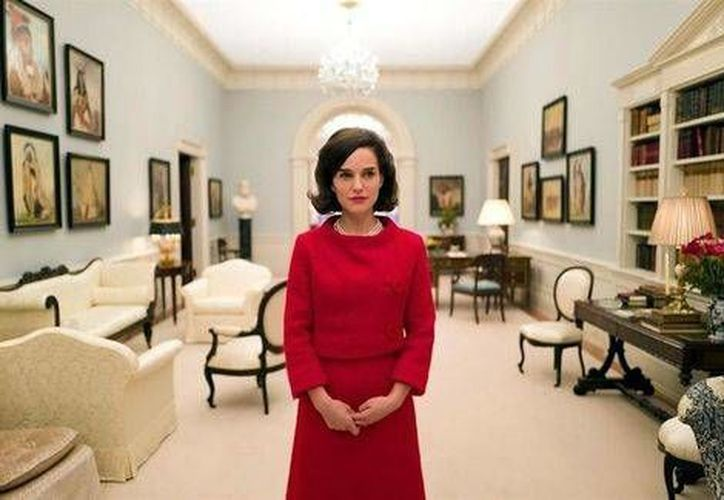 Natalie Portman en su papel de Jackie Kennedy en la primera imagen de la cinta 'Jackie' revelada hoy por Deadline. La película, que se filma en París, llegará a los cines en 2017. (Milenio Digital)