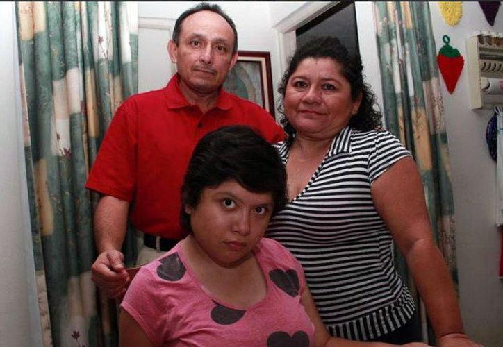 Alondra, en primer plano, es una joven yucateca que fue de las primeras pacientes a las que se les permitió el uso  de la marihuana medicinal, Canabidiol. Según su padre, las crisis han disminuido. (Cortesía)