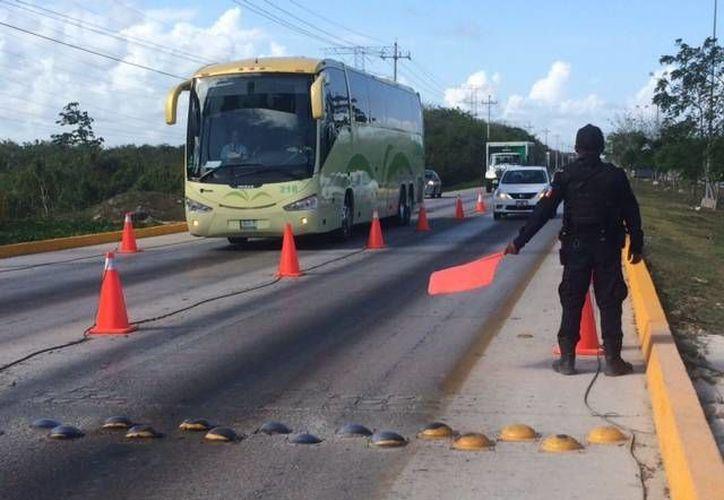 Como parte del Operativo de Seguridad para el Tianguis Turístico, elementos de tránsito fueron colocados en puntos estratégicos para evitar embotellamientos vehiculares.  (Redacción/SIPSE)