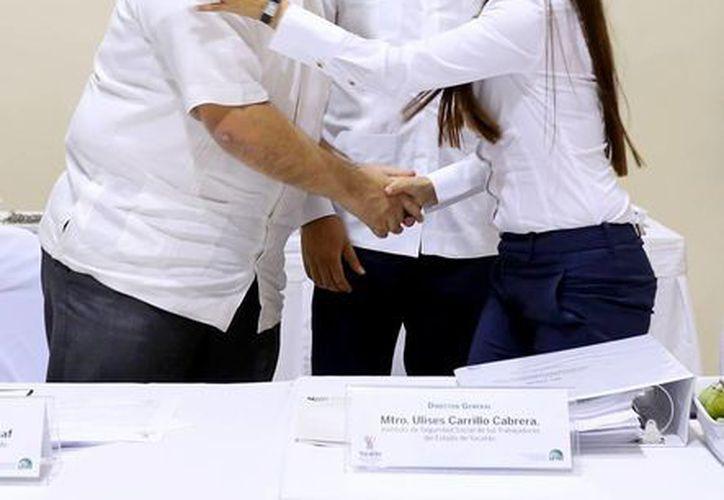 Cambio en el Isstey: la ingeniera Milagros Castro Alcocer queda como encargada de la dirección en sustitución de Ulises Cabrera (de frente). La saluda el secretario de Gobierno, Roberto Rodríguez Asaf. (Foto cortesía del Gobierno de Yucatán)