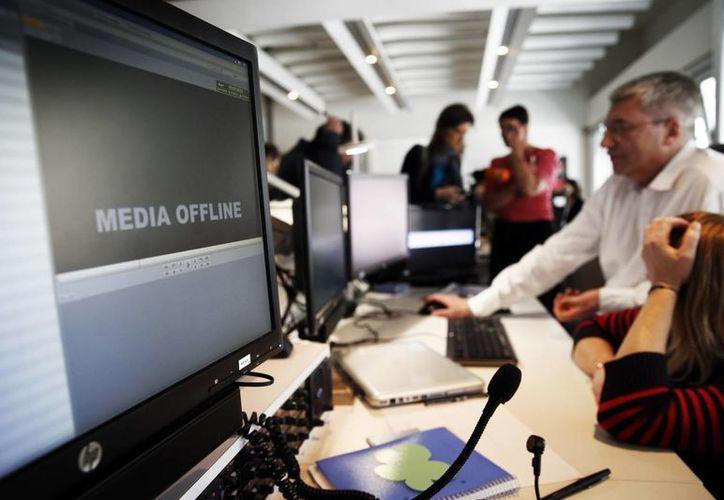 Empleados de TV5 Monde trabajan después de que la cadena de televisión francesa fue hackeado por personas que reclaman lealtad al grupo Estado Islámico. (Agencias)