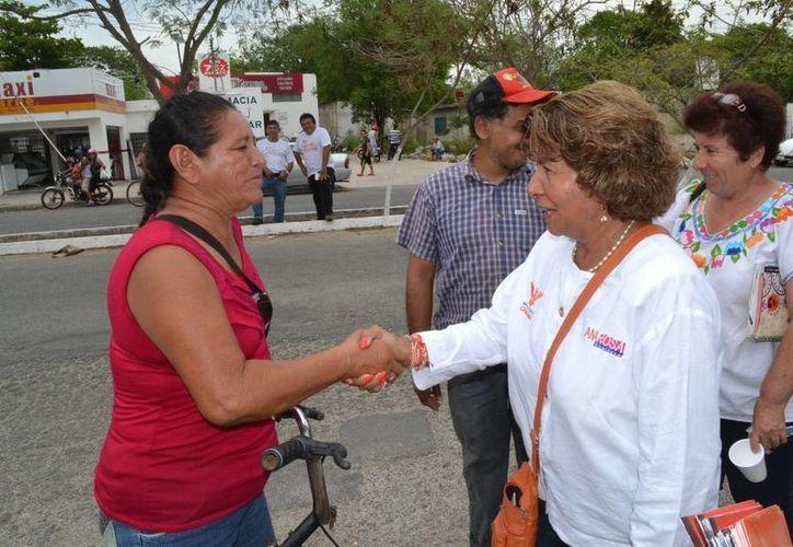 Ana Rosa Payán Cervera, candidata de Movimiento Ciudadano a la alcaldía de Mérida, saluda a una vecina en la colonia San Antonio Xluch II. (SIPSE)