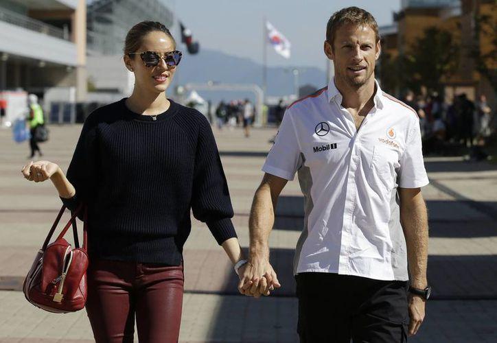 El piloto Jenson Button fue víctima de un ataque con gas durante un robo en una casa alquilada en St Tropez, dijo un portavoz del excampeón de Fórmula Uno. En la imagen aparece con su esposa. (AP)