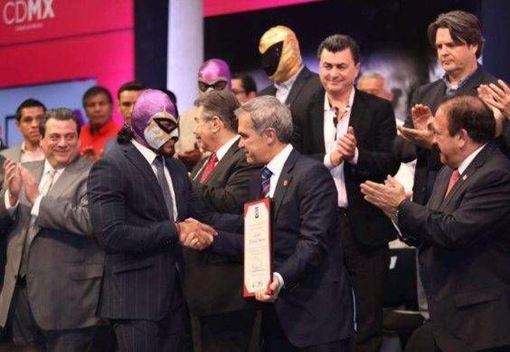 El jefe de gobierno capitalino, Miguel Ángel Mancera, y  el presidente del Consejo Mundial de Boxeo (CMB), Mauricio Sulaimán, durante la promoción de una campaña contra el cáncer de próstata. (Foto tomada de notisistema.com)