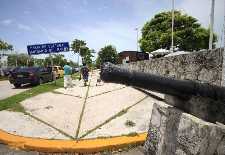 Los contenedores se instalarán en el Bulevar Bahía para proteger el Santuario del Manatí. (Harold Alcocer/SIPSE)