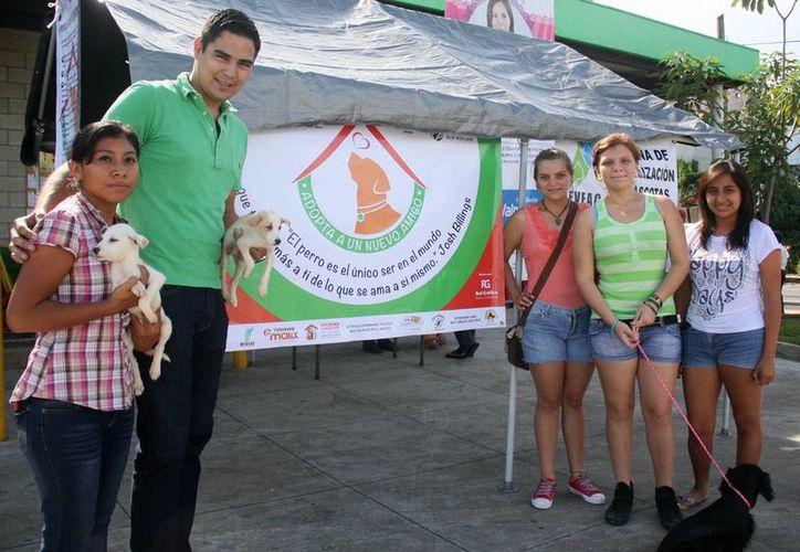 El personal del Centro de Control Animal entrega las mascotas. (Cortesía/SIPSE)
